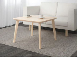 Klasyczny kwadratowy stolik do salonu