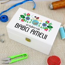 Zestaw do szycia w pudełku z nadrukiem na prezent dla babci – Przybornik