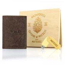 Prezent dla niego portfel i pendrive z imieniem w drewnianej skrzynce z personalizacją