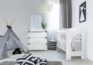 Białe łóżeczko niemowlęce nel chmurka z wyjmowanymi szczebelkami